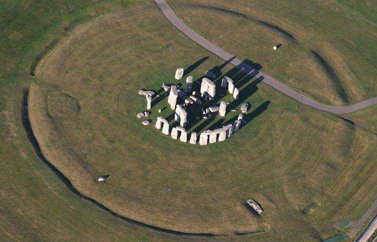 http://misteridunia.files.wordpress.com/2008/10/stonehenge_aerial_0435.jpg